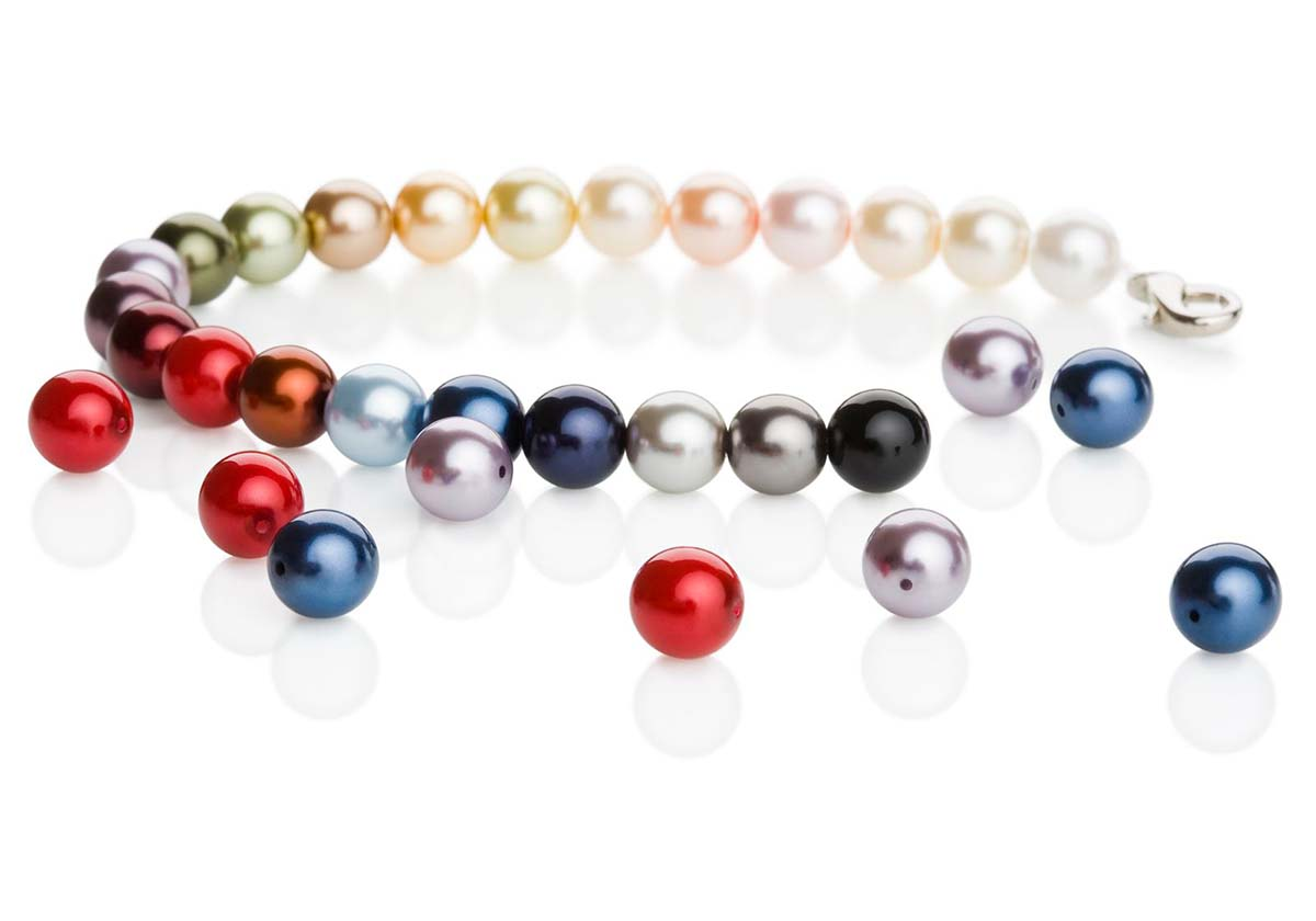 częściowo skończony naszyjnik z kolorowych pereł szklanych