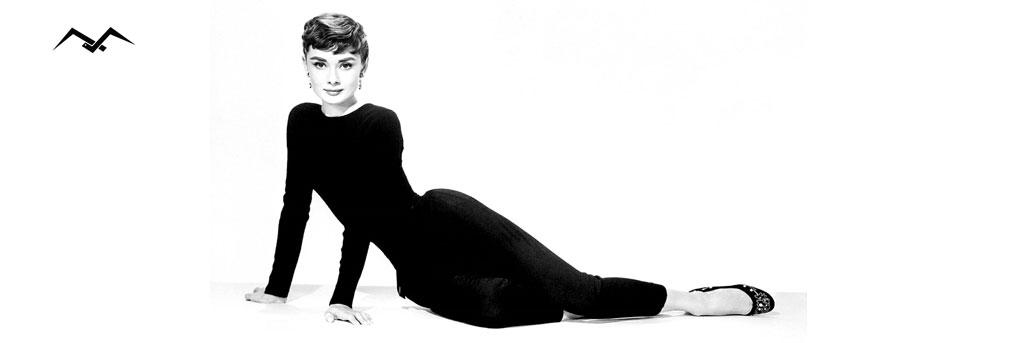 Audrey Hepburn ubrana w czarny klasyczny strój jako ikona mody