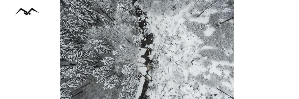 dolina blisko fabryk Preciosa pokryta śniegiem widok z góry